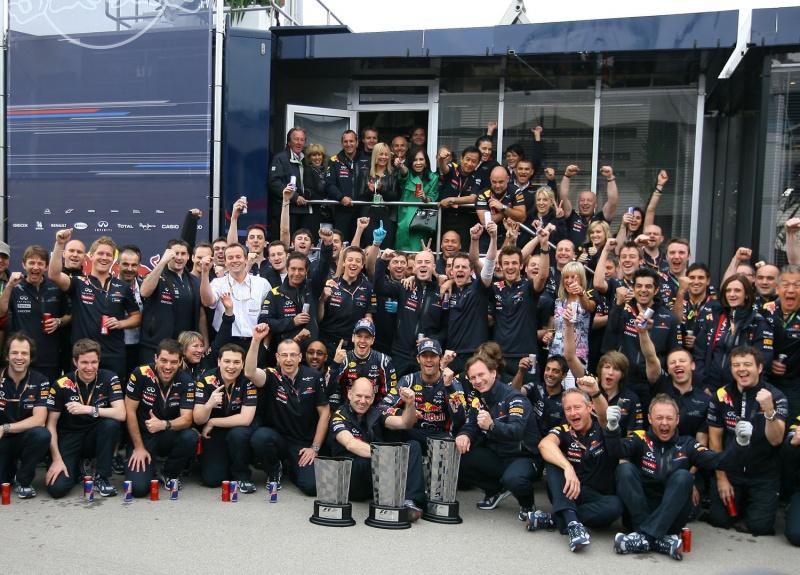 Vettel e Webber celebram com time em Istambul