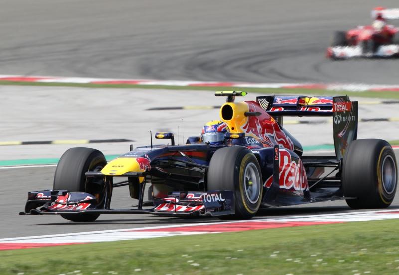 Mark Webber já está na frente de Fernando Alonso e poupando pneus, o que ele não gosta