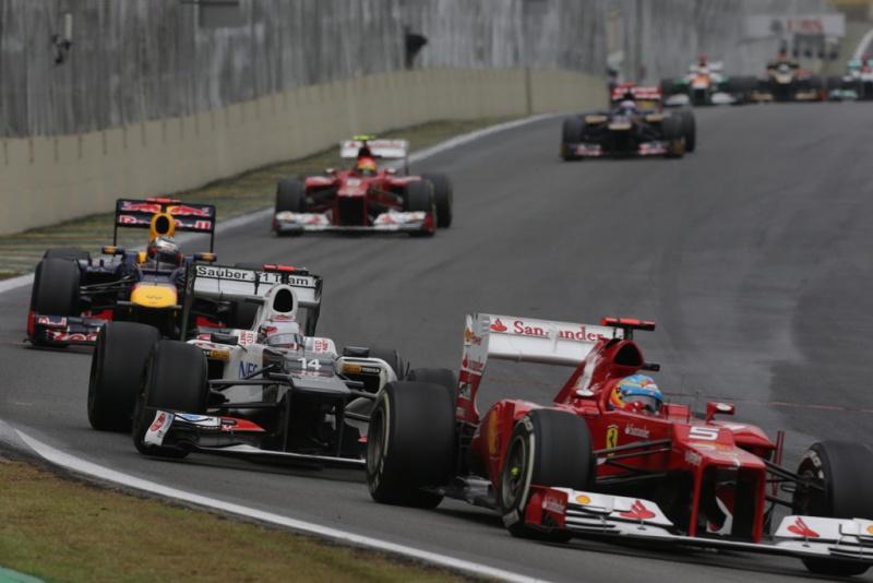 Kobayashi entre Alonso e Vettel