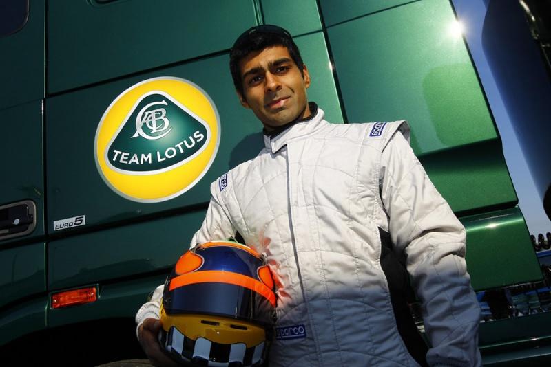 Chandhok posa ao lado do caminhão de sua nova equipe