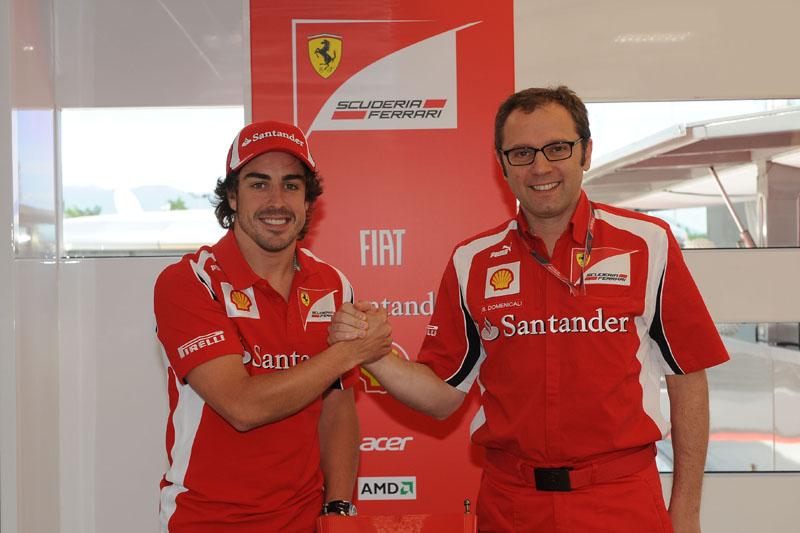 Alonso posa com o chefe da Ferrari, Stefano Domenicali