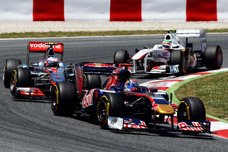 Buemi segura Button e Perez no início da prova