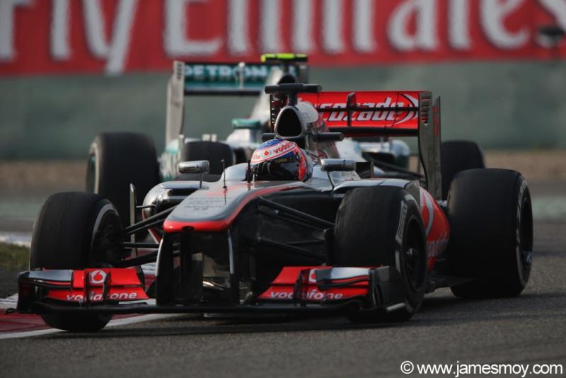Jenson Button conduz sua McLaren em Xangai