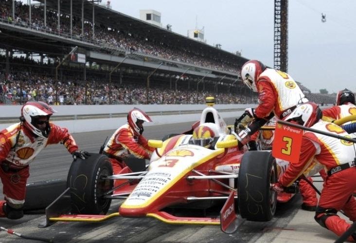 Castroneves para durante Indy 500