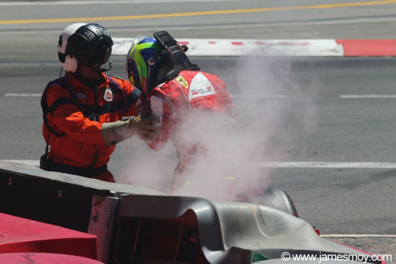 Massa sai do carro após bater durante a prova