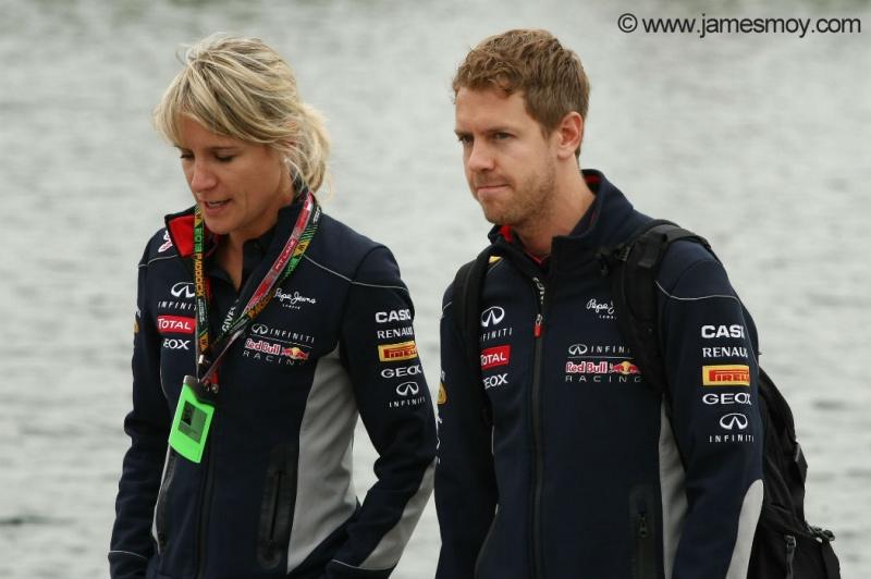 Vettel anda pelo paddock ao lado de assessora