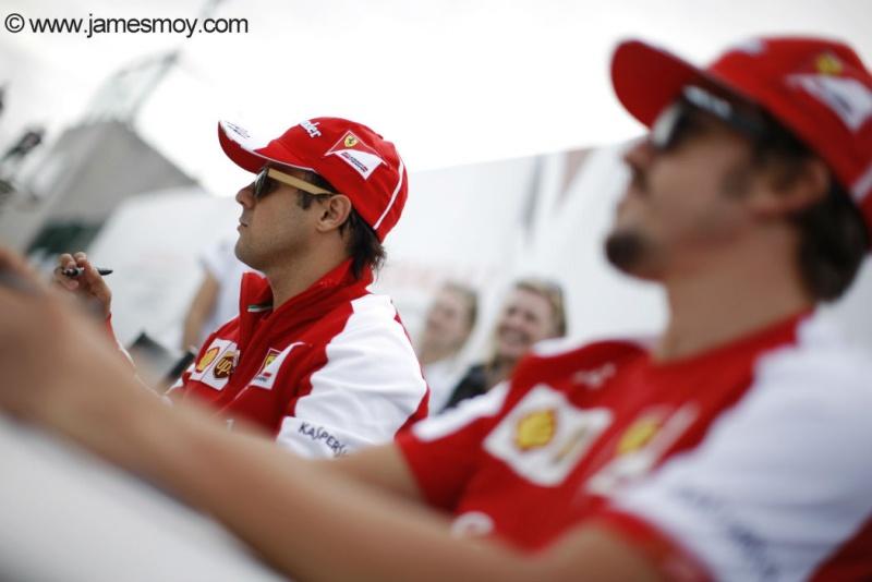 Massa e Alonso assinam autógrafos em Silverstone