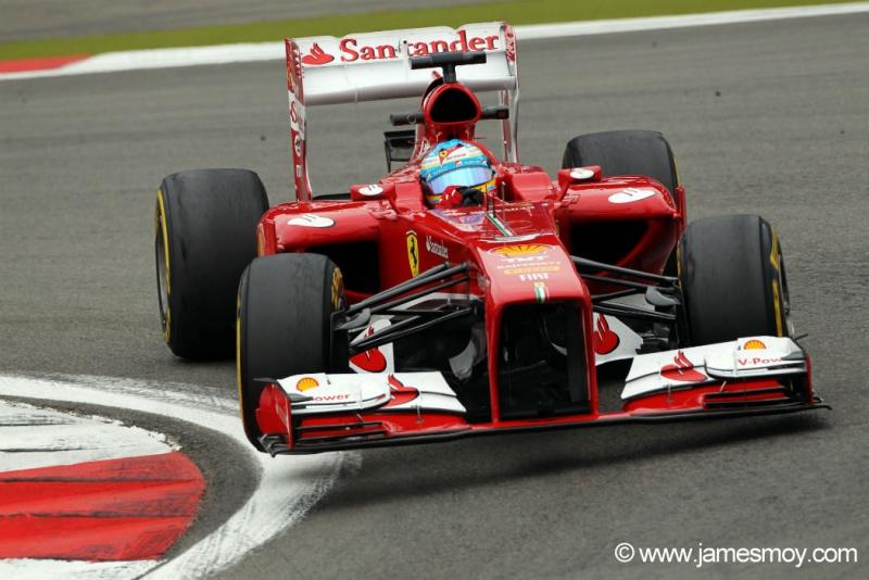 Fernando Alonso passa pela primeira curva em Nürburgring