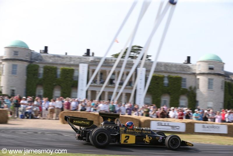 Emerson Fittipaldi se reencontra com a Lotus 72E.