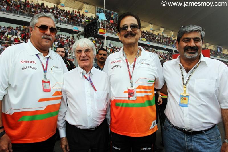 Vicky Chandhok, último da esquerda pra direita
