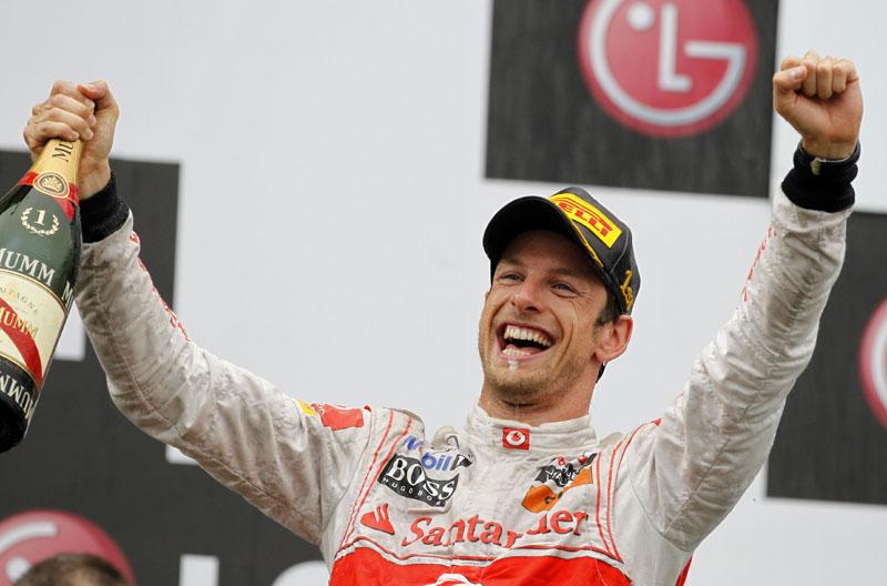 Button celebra vitória no pódio