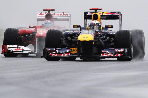 Vettel duela com Alonso no início