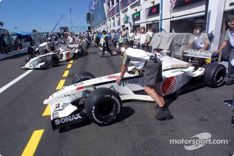 Team BAR on pitlane: Olivier Panis and Jacques Villeneuve