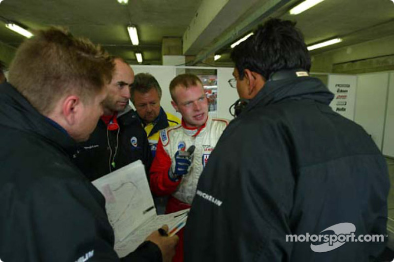 Jan Magnussen discussing with his engineers