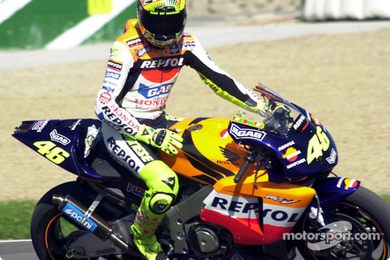 Rossi waves to crowd