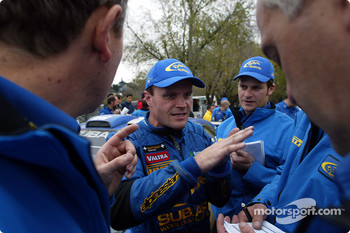 Tommi Makinen talking to team engineers