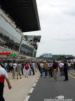 Pitlane activity before the start