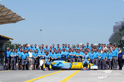 Family picture for Fernando Alonso, Jarno Trulli and team Renault F1