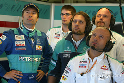 Heinz-Harald Frentzen and Sauber team members watch qualifying