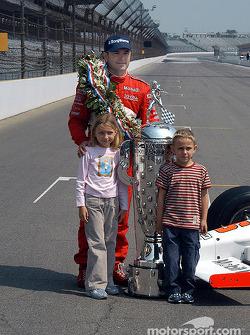 Gil de Ferran, Anna and Luke pose with Borg Warner Trophy