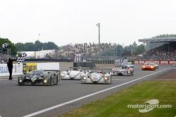 The winning car takes checkered flag, #7 Team Bentley Bentley Speed 8: Tom Kristensen, Rinaldo Capello, Guy Smith
