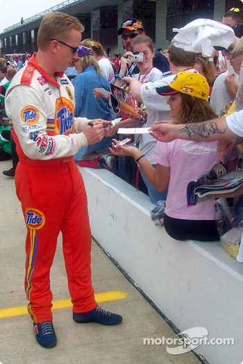 Ricky Craven signs autographs