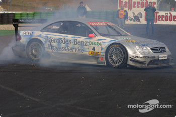 Christijan Albers smokes the tires