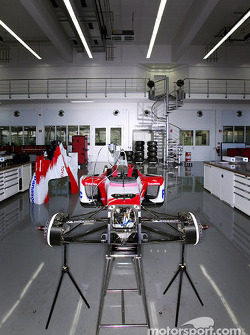 F1 Workshop - Mechanics assembling the car