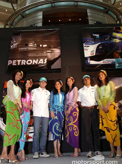 Sauber Petronas drivers visit Kuala Lumpur: Felipe Massa and Giancarlo Fisichella with the 2004 Grid girls