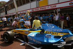 Photoshoot at Renault: model pause with Jarno Trulli and Fernando Alonso