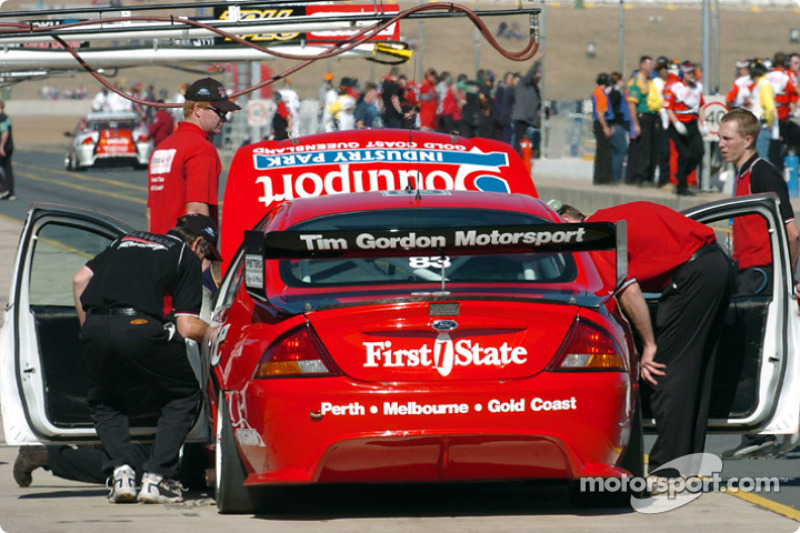 Tim Gordon pits during practice