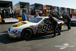 Dale Jarrett crew push the car