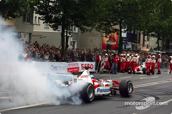 Olivier Panis makes donuts with the TF103
