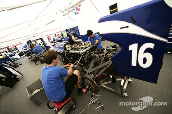 Mechanics work on the car of Lucas Foresti