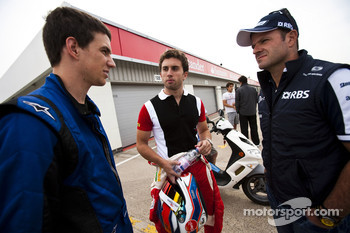 Lucas Foresti talks to Pedro Nunes and Rubens Barrichello, Williams FW32 Cosworth