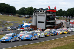 Yvan Muller, Chevrolet, Chevrolet Cruze LT leads Robert Huff, Chevrolet, Chevrolet Cruze LT at the start