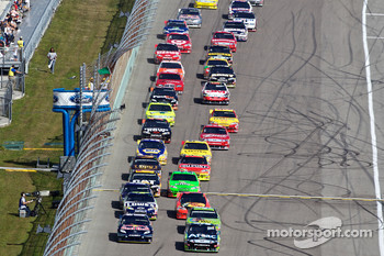 Restart: Carl Edwards, Roush Fenway Racing Ford and Kasey Kahne, Red Bull Racing Team Toyota lead the field