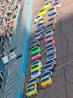 Start: Carl Edwards, Roush Fenway Racing Ford and Clint Bowyer, Richard Childress Racing Chevrolet lead the field