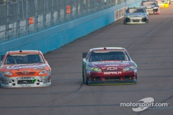 Kyle Busch, Joe Gibbs Racing Toyota and Jeff Gordon, Hendrick Motorsports Chevrolet battle
