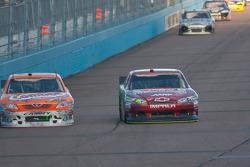 Kyle Busch, Joe Gibbs Racing Toyota and Jeff Gordon, Hendrick Motorsports Chevrolet battle