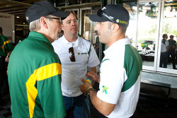 Tony Kanaan, KV Racing Technology-Lotus discusses with Jimmy Vasser