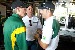 Tony Kanaan, KV Racing Technology-Lotus discusses with Jimmy Vasser