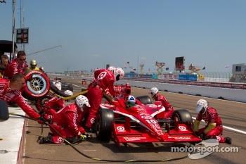 Pit stop for Dario Franchitti, Target Chip Ganassi Racing