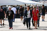 Formula 1 Foto - Norbert Vettel con la moglie Heike Vettel e Britta Roeske, Addetta stampa Ferrari