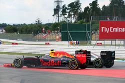 Zweikampf: Nico Rosberg, Mercedes AMG F1 W07 Hybrid; Max Verstappen, Red Bull Racing RB12