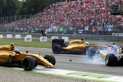 Crash involving Jolyon Palmer, Renault Sport F1 Team RS16, Felipe Nasr, Sauber C35, and Kevin Magnussen (DEN) Renault Sport F1 Team RS16