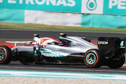 Nico Rosberg, Mercedes AMG F1 W07 Hybrid and Kimi Raikkonen, Ferrari SF16-H battle for position