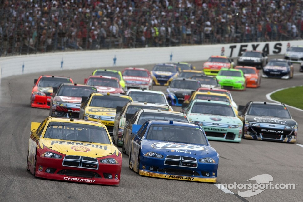 Restart: Kurt Busch, Penske Racing Dodge leads the field