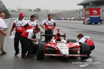 Dan Wheldon's crew prepare the car for the winner's photo shoot