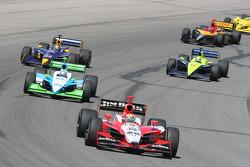 Dan Wheldon puts more cars a lap down